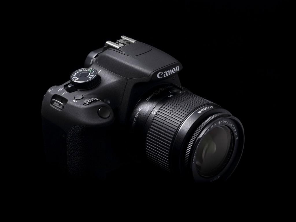 Canon EOS 1200d mit Kit-Objektiv von Schräg-oben