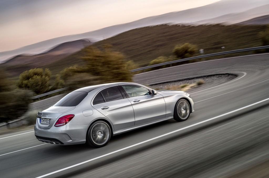 Mercedes-Benz C-Klasse 250 fahrend von hinten in silber